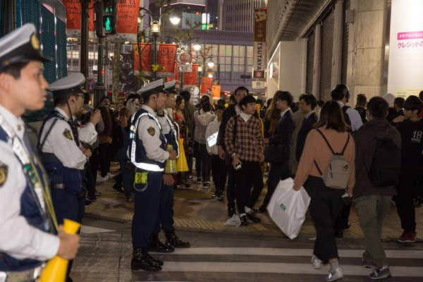 渋谷ハロウィン 混雑の様子 警察官